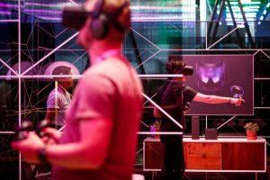 Des participants à la Conférence F8 de Facebook essaient des casques de réalité virtuelle Oculus Quest en avril 2019 à San José, en Californie